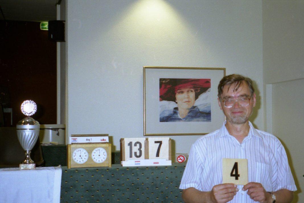 Królowa z portretu spogląda z podziwem na wynik Tadeusza.